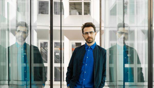 Le blogueur @etienne-in-paris avec les montures de la collection Öga, par Morel
